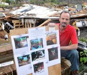 Майкл Рошер. На доске - фотографии всех его кошек, которые выжили в разрушенном торнадо доме.