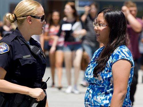 Катедрал-Сити, Калифорния: Офицер полиции Хезер Ольсен и помощник директора школы Карен Димик помогли предотвратить самоубийство девочки.