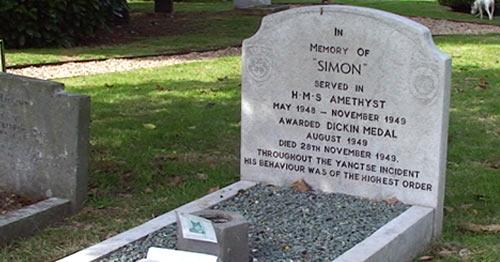 Надгробный камень на могиле Саймона