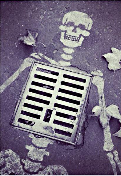 Решетка замаскировалась под скелет