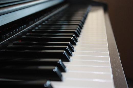 Чистим клавиши пианино